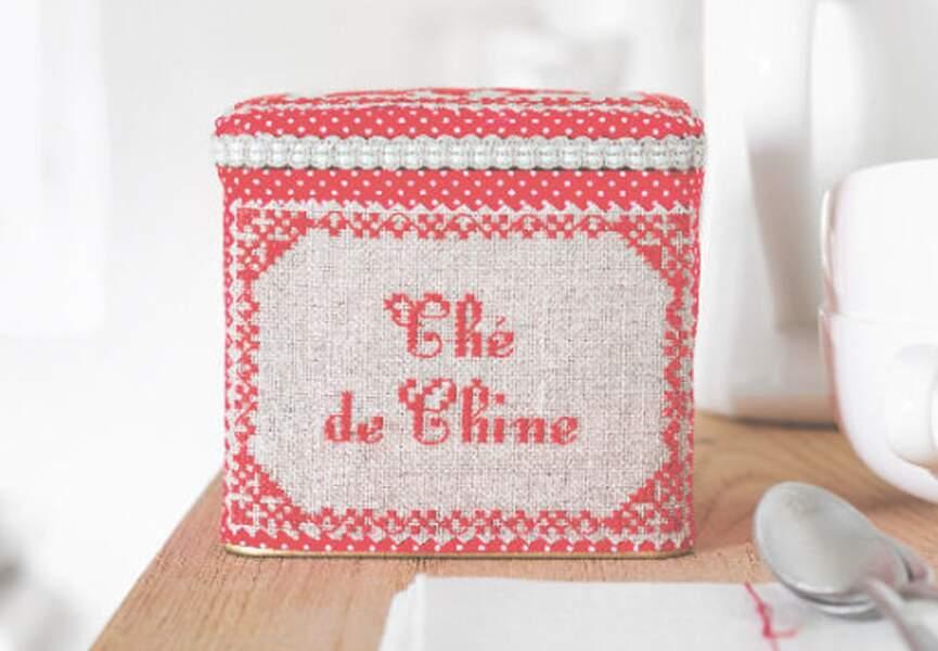 Une boîte à thé au point de croix