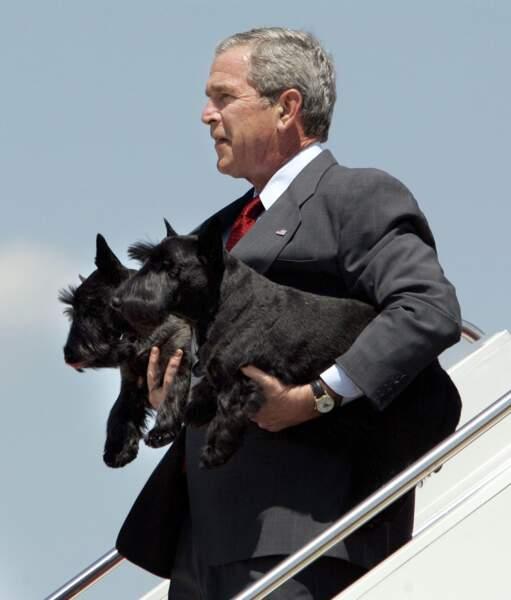 George Bush avec ses deux chiens en 2006