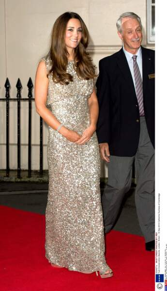 Tout comme Kate Middleton illumine le tapis rouge en robe à sequins