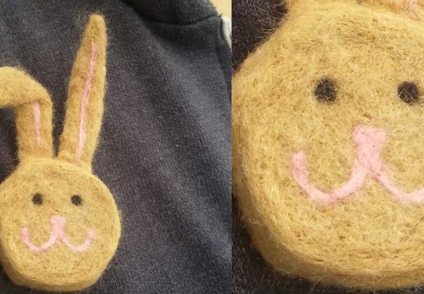 Un lapin en laine cardée