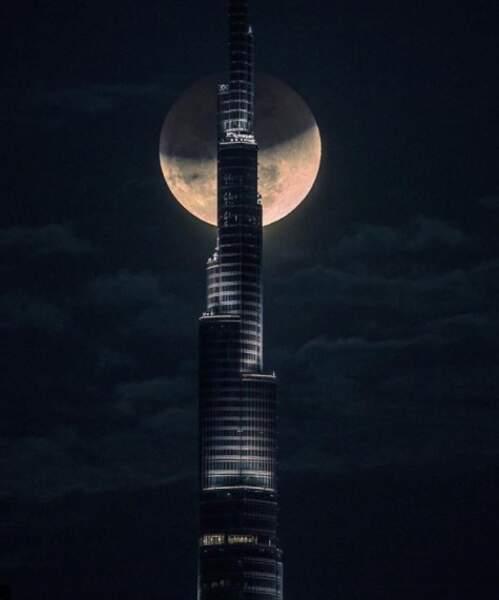 Partie de cache-cache derrière le Burj Khalifa à Dubaï (Émirats arabes unis)