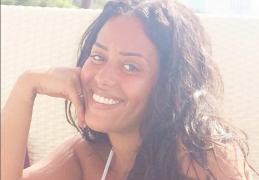 Amel Bent, toujours radieuse, en vacances