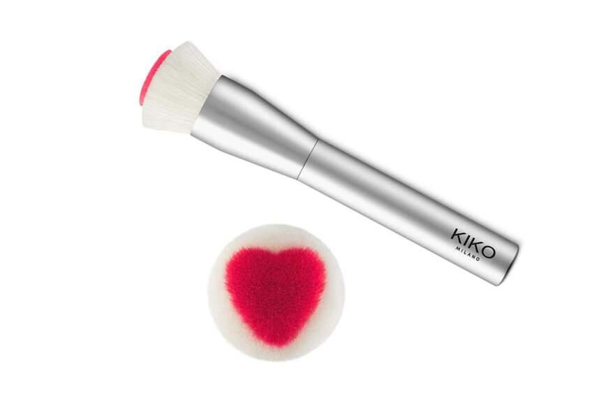 Un pinceau de maquillage au coeur tendre
