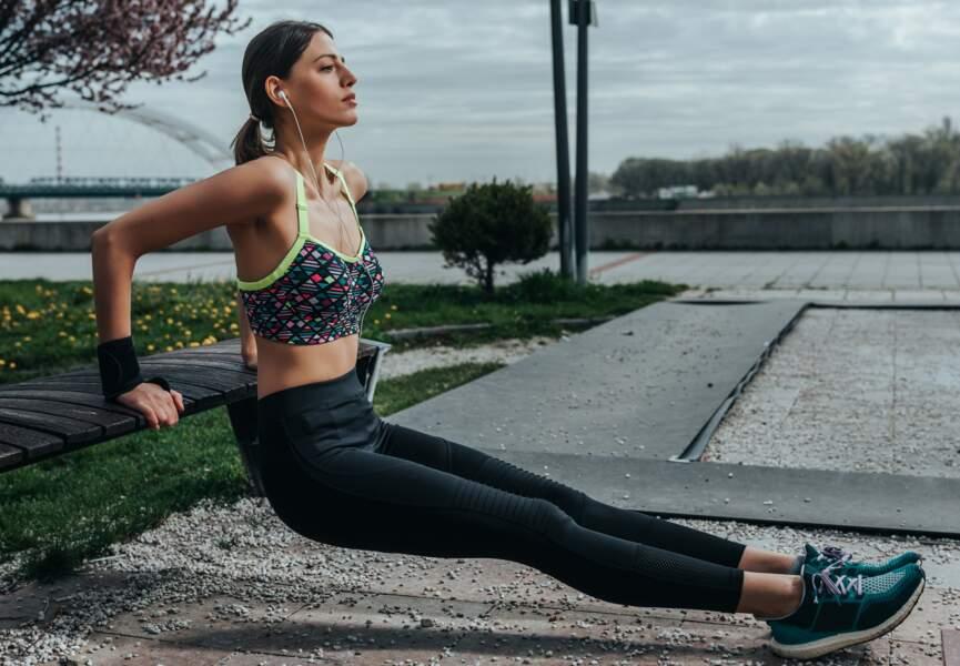 Des dips sur un banc de muscu : pour renforcer les triceps