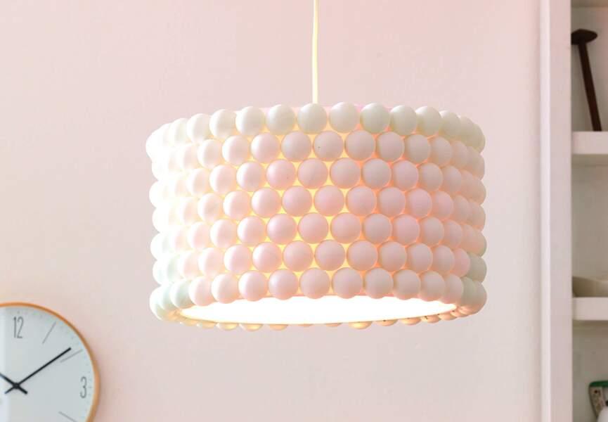 Une lampe en balles de ping-pong