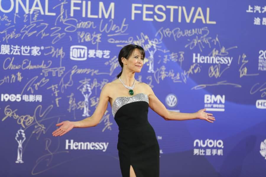 Sophie Marceau en avril 2019 sublime en robe bustier fendue