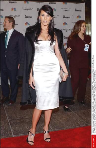 En robe blanche satinée qui épouse ses courbes, Melania Trump ose depuis toujours !