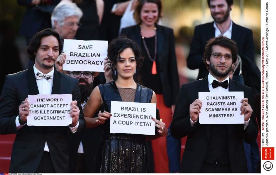 De la politique sur le tapis rouge : l'équipe d'Aquarius a protesté contre l'éviction de Dilma Roussef au Brésil
