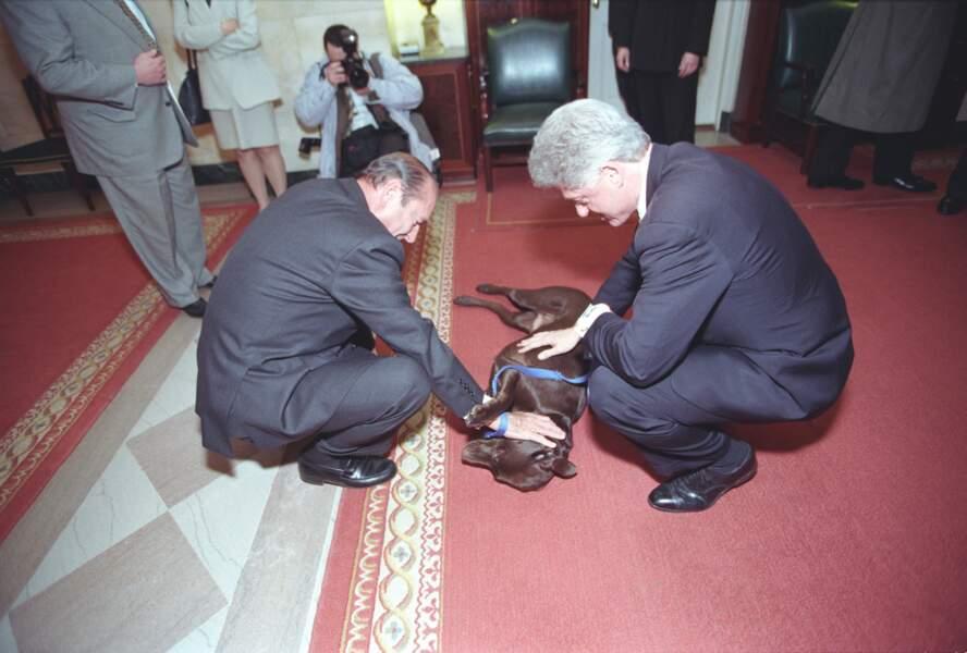 Jacques Chirac et Bill Clinton jouant avec le labrador Buddy