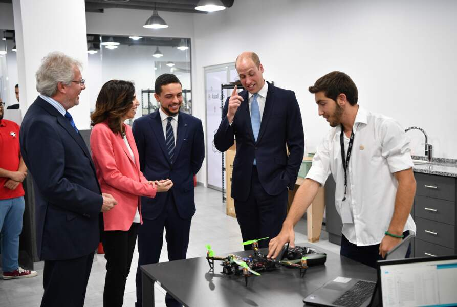 Le prince Hussein et le prince William lors d'une visite d'un FabLab, initiative de la Crown Prince Foundation