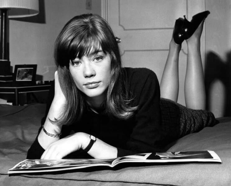 Françoise Hardy dans sa chambre d'hôtel à Londres en 1964.