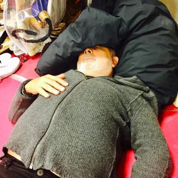 Gérard Jugnot : petite sieste entre deux répétitions