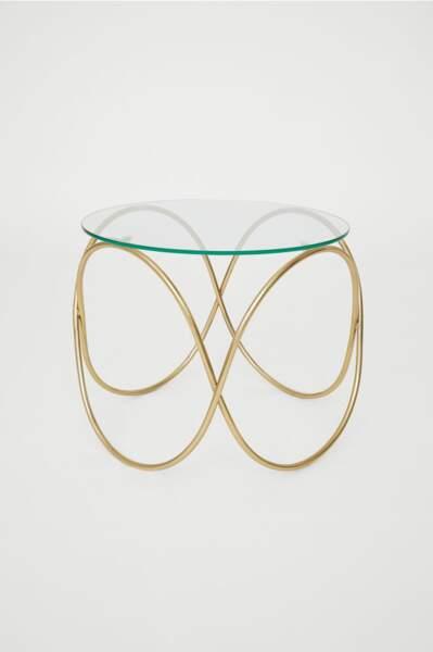 Une table basse avec un plateau en verre