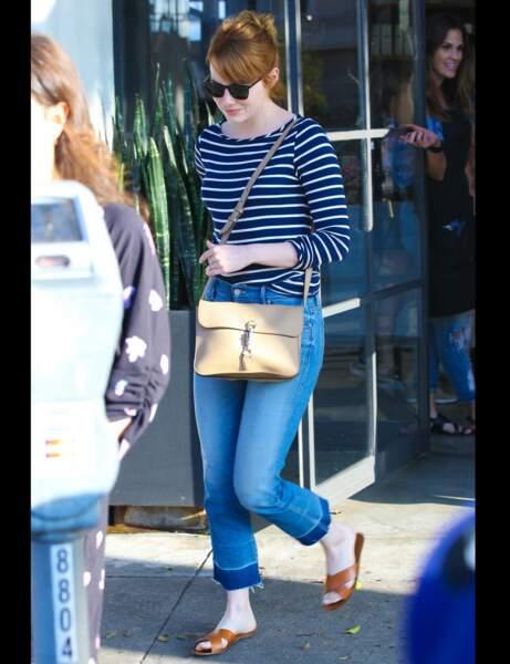 Emma Stone et son jean à revers contrasté