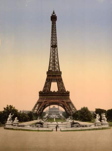 La tour Eiffel vue du Champs de Mars
