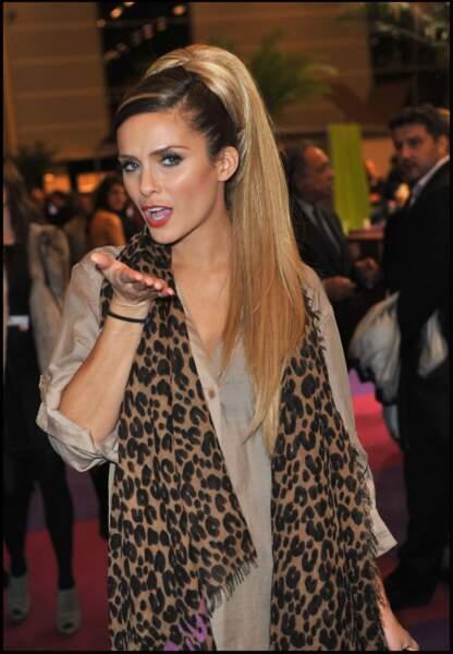 2011, elle ose les extensions blond Barbie pour le salon du chocolat