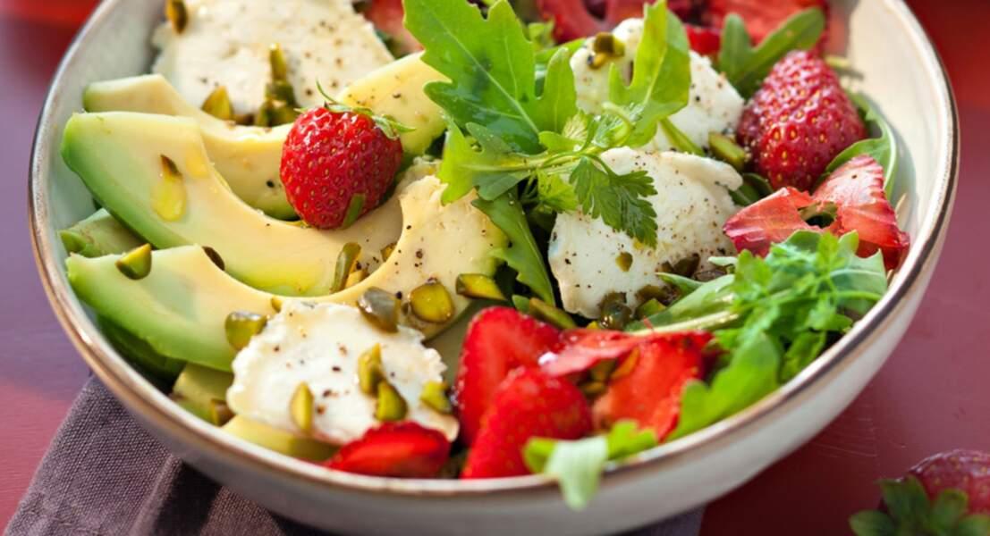 Salade originale au chèvre, avocat et fraises