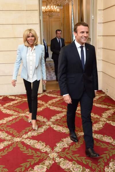 Brigitte Macron en blazer bleu pastel, blouse et pantalon moulant