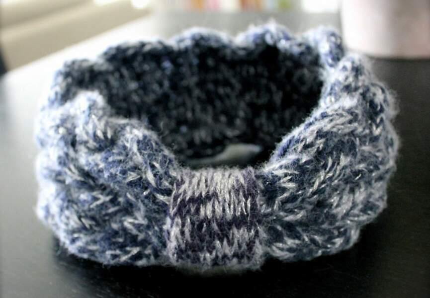 Un bandeau tricoté argenté
