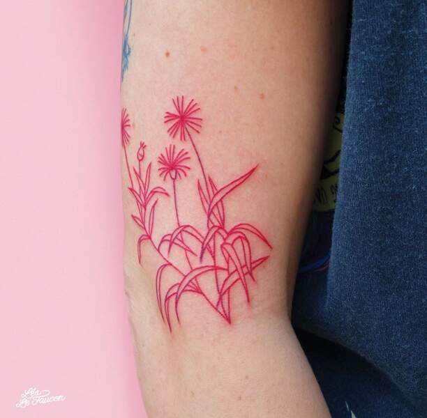 Le tatouage fleurs à l'encre rouge
