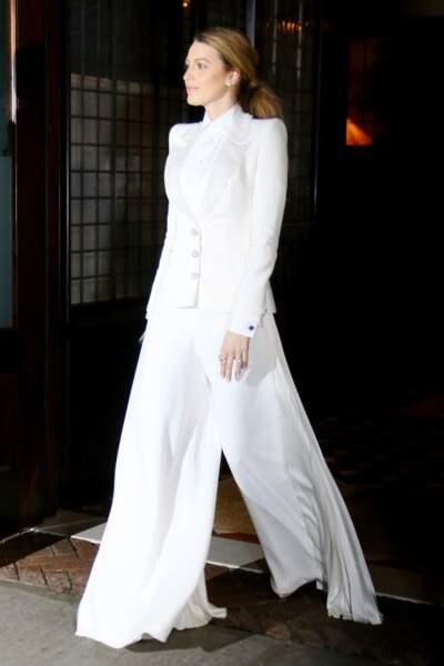 Ultra chic dans cet ensemble blanc, l'actrice est sublimée par cette queue de cheval basse et roulée