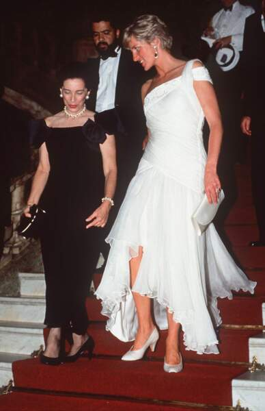 Lady Diana dans une robe blanche asymétrique
