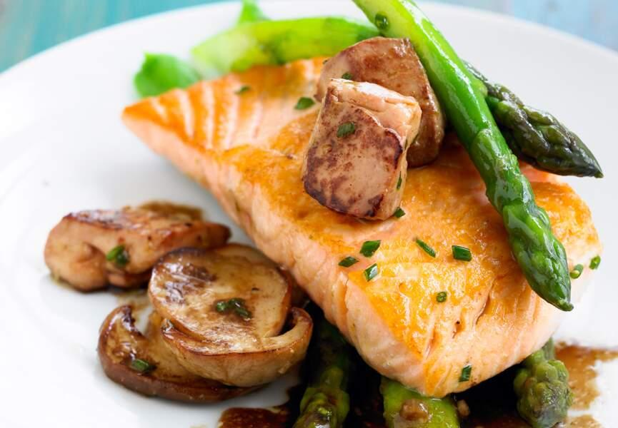 Saumon aux foie gras frais, aux asperges et aux champignons