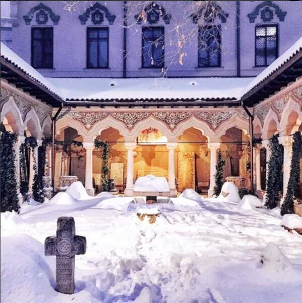 A Bucarest, le cloître d'une église enfoui sous la neige