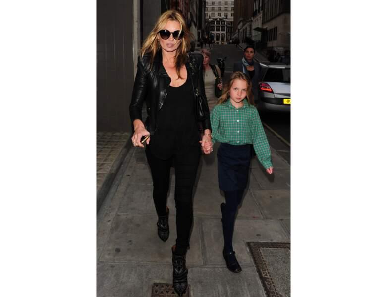 En 2013, Kate Moss sort d'une exposition avec sa fille