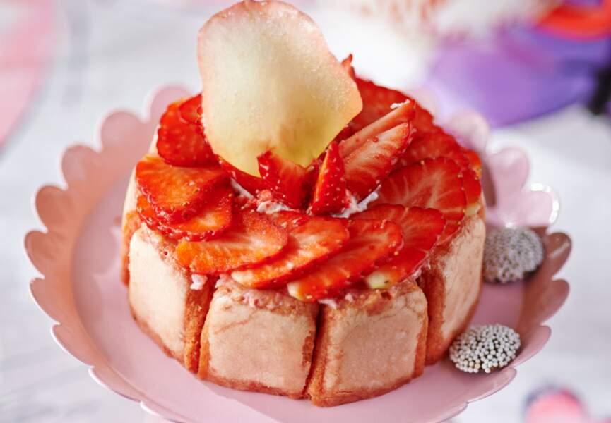 Charlotte aux fraises et pétales de roses