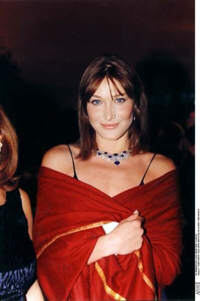 Carla Bruni retrouve ses cheveux bruns en 1998