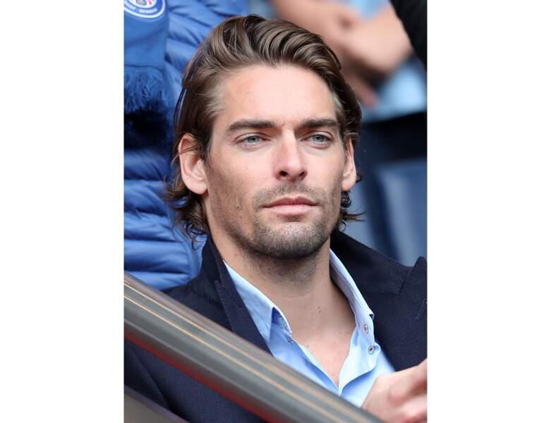 La même année, il assiste à un match de football au Parc des Princes