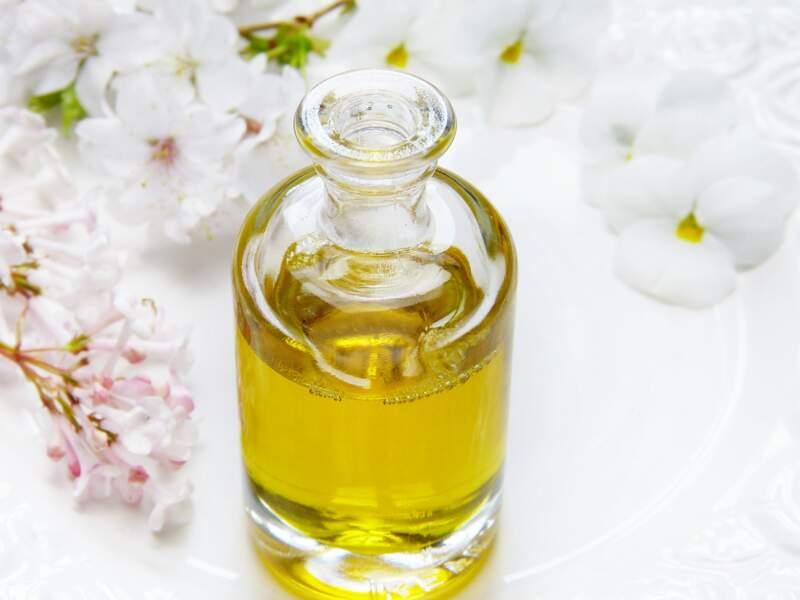 Alléger les jambes lourdes : l'huile de massage aromatique