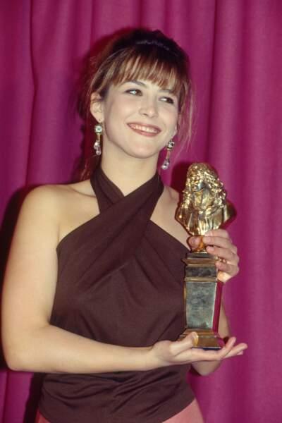 """Sophie Marceau avec le Molière de la meilleure révélation pour son rôle dans """"Eurydice""""en 1991."""