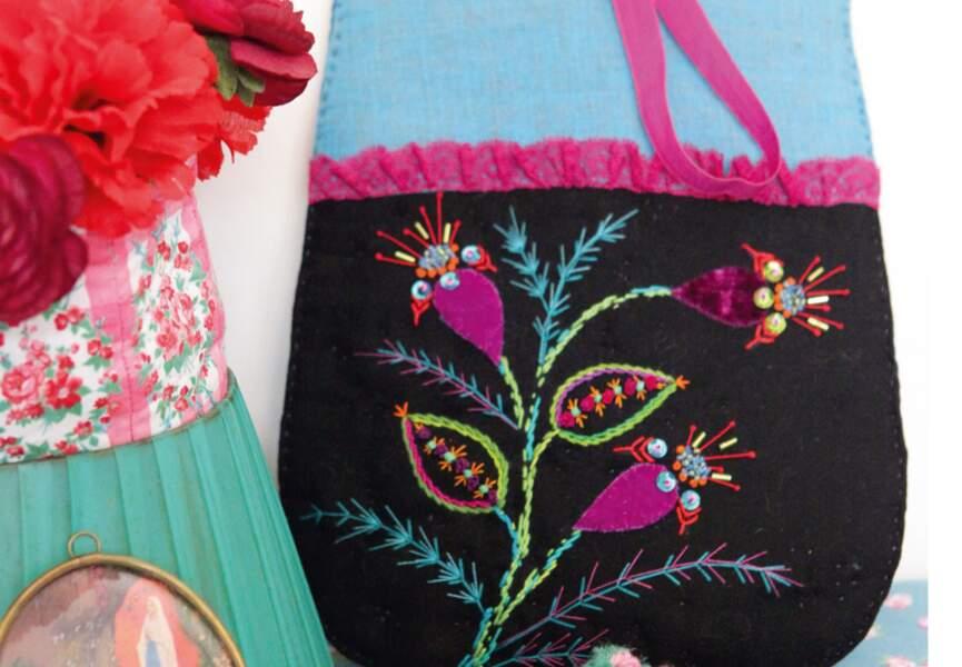 Un sac brodé de fleurs