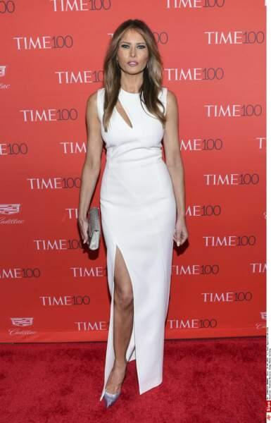 Ou en robe fendue qui dévoile ses jambes parfaites d'ex mannequin