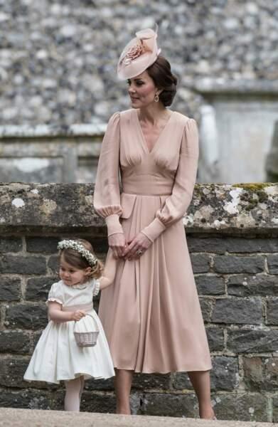 Princesse Charlotte porte une robe dont la ceinture est dans le même coloris que la tenue de Kate Middleton