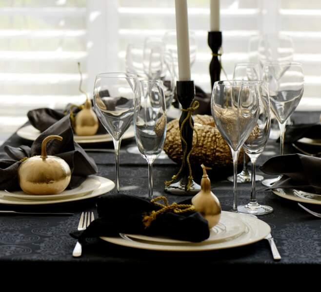 Une table de Noël en noir et or