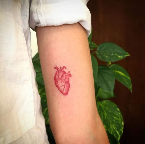 Le tatouage ultra fin à l'encre rouge