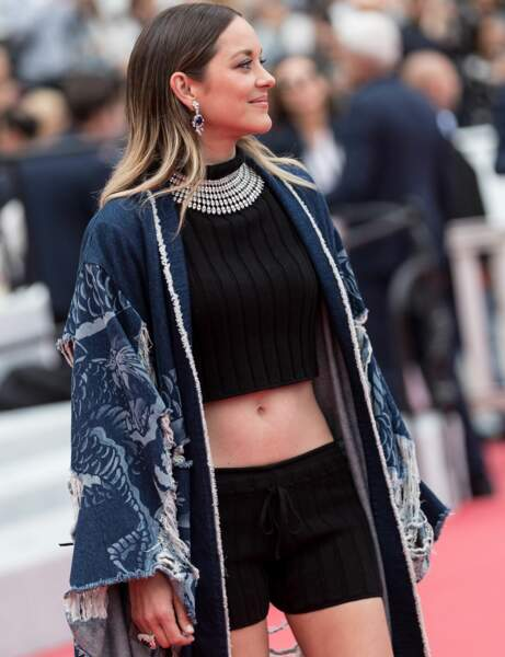 Cannes : Marion Cotillard, 43 ans, nombril à l'air sur tapis rouge