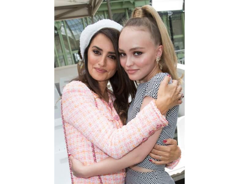 En 2018, elle est prise en photo au défile Chanel avec Penelope Cruz