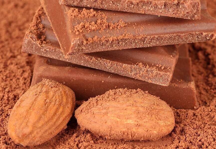 Amandes entières, saupoudrées de cacao