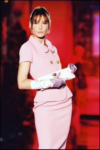 Avec une frange longue pour le défilé Versace