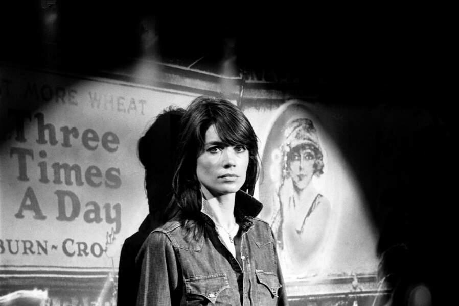Françoise Hardy chante à la télévision le 22 mai 1976 à Paris, France.
