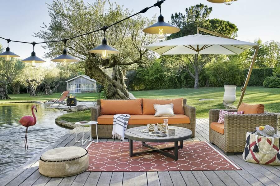 Un salon de jardin orangé
