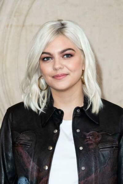 La chanteuse Louane ose aussi le silver hair, s'imposant ainsi en précurseur