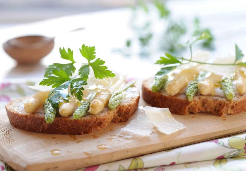 Tartines gourmandes aux asperges et parmesan