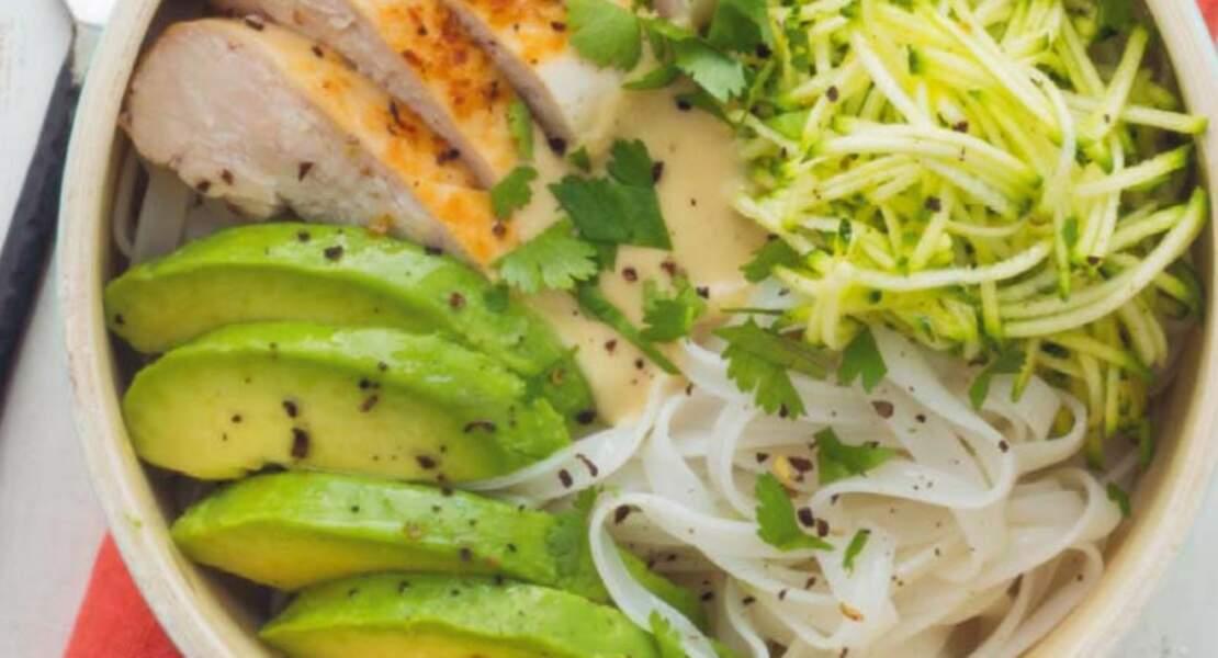 Buddha bowl nouilles de riz, courgette et poulet