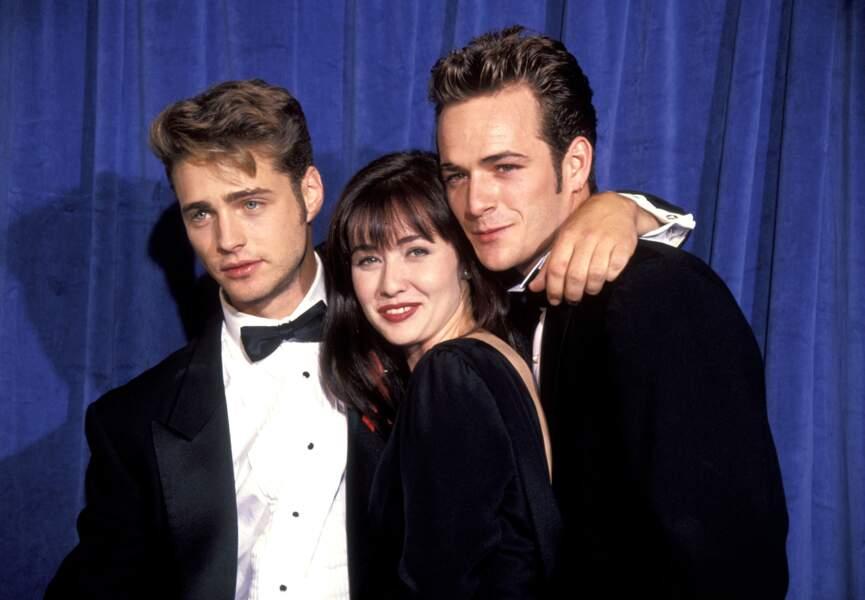 Luke Perry à la cérémonie des Emmy Awards en 1991 avec Jason Priestley et Shannen Doherty.