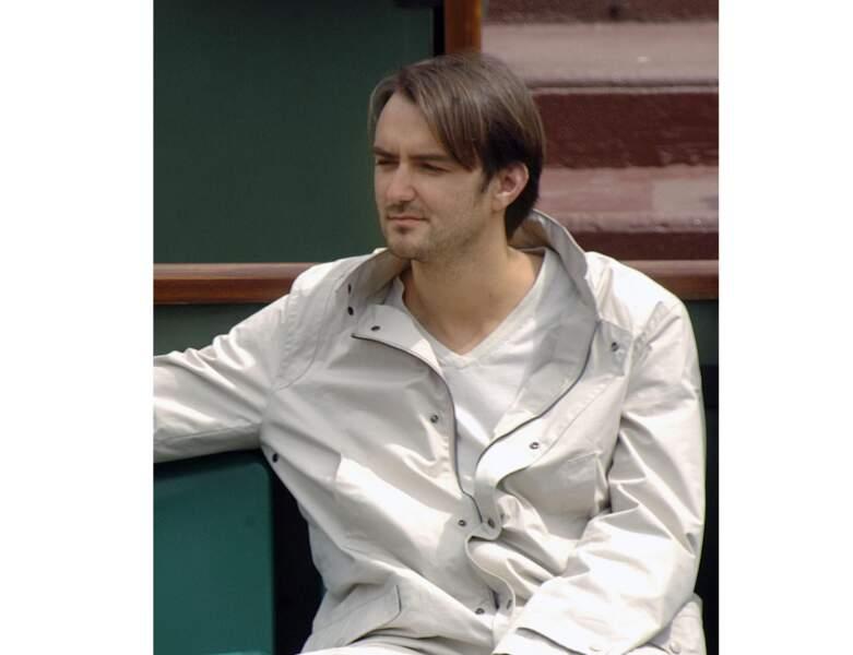 À Roland Garros, il arbore des cheveux lisses